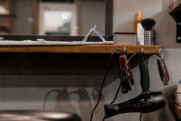 Primo piano degli strumenti elettrici del barbiere nel negozio di barbiere