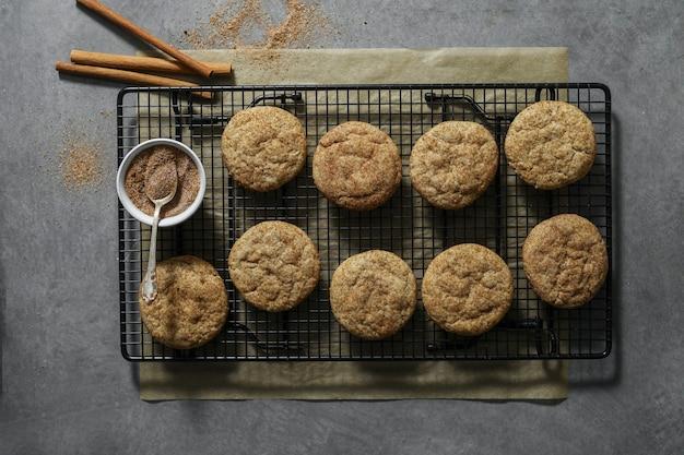 Primo piano dei biscotti di snickerdoodle su un vassoio