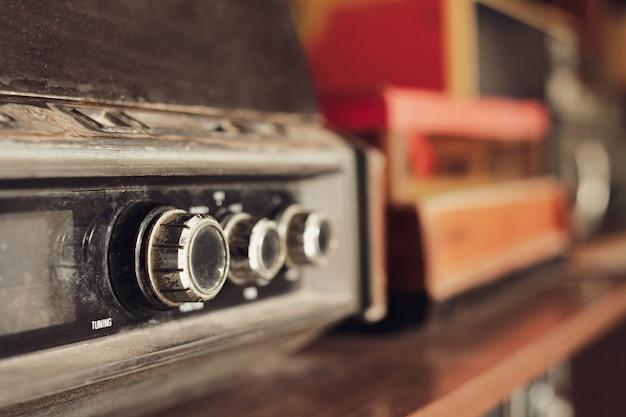 Primo piano dei bottoni del radioricevitore d'annata