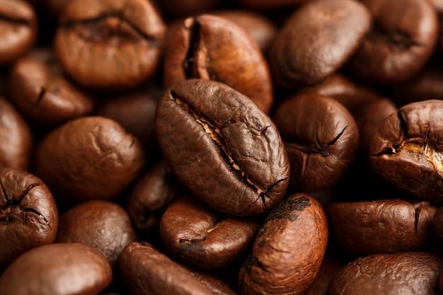 Primo piano dei chicchi di caffè con il fuoco selettivo per priorità bassa