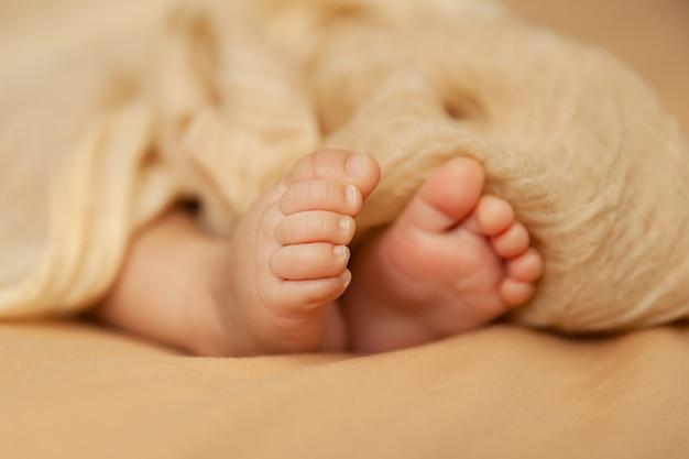 Primo piano dei piedi del bambino, punta del neonato, concetto di maternità e infanzia