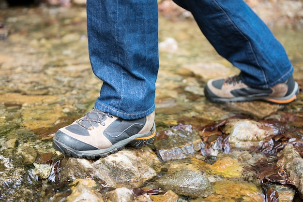 Primo piano dei piedi dell'escursionista
