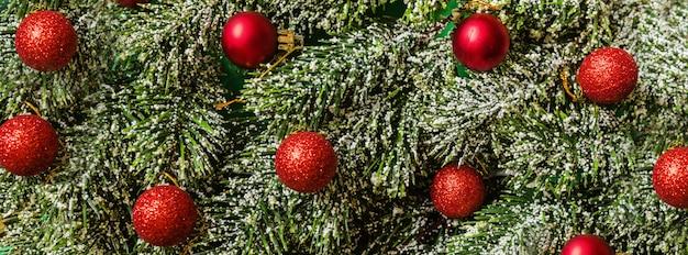 Primo piano dei rami dell'albero di natale, concetto del nuovo anno. banner orizzontale per il web design. biglietto di auguri, celebrazione del natale 2020. piatto lay, modello, vista dall'alto, copia spazio