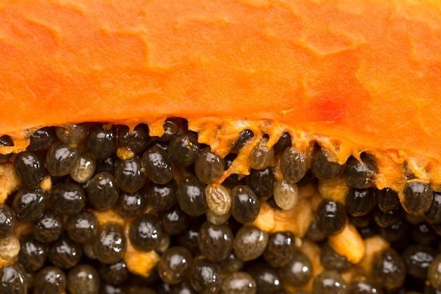 Primo piano dei semi neri della papaia