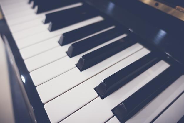 Primo piano dei tasti del piano con messa a fuoco selettiva, proc immagine filtrata