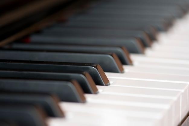 Primo piano dei tasti del pianoforte.