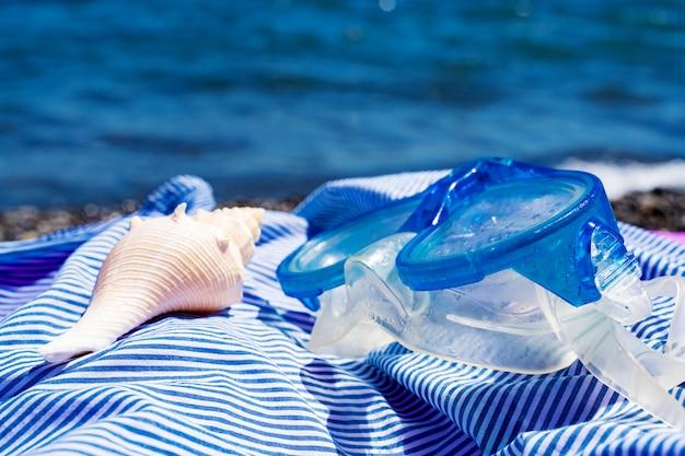 Primo piano dei vetri di immersione subacquea e del seashell