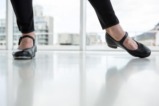 Primo piano del ballerino che indossa le scarpe del rubinetto
