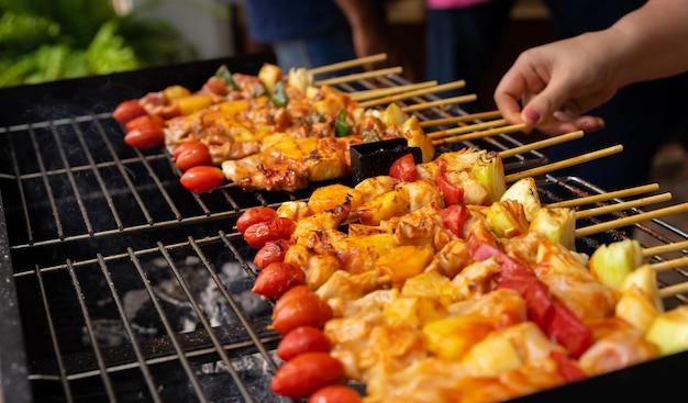 Primo piano del barbecue sulla griglia
