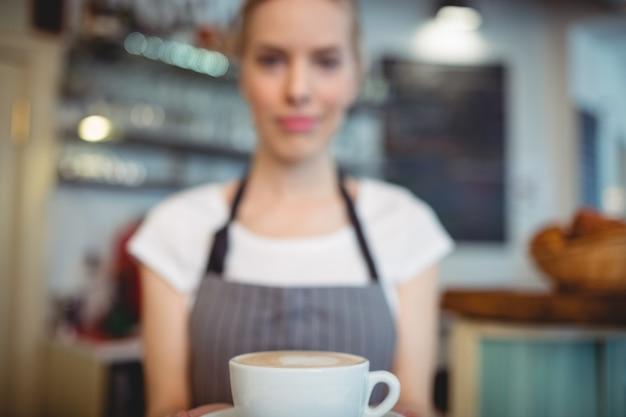 Primo piano del barista che offre caffè al caffè