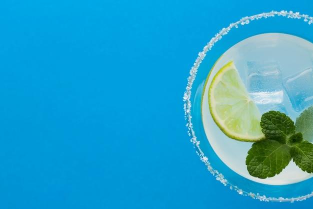 Primo piano del bicchiere da cocktail con copia spazio e menta