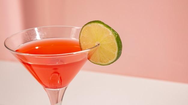 Primo piano del bicchiere da cocktail con fetta di limone