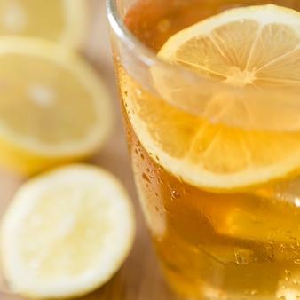 Primo piano del bicchiere di bevanda al limone