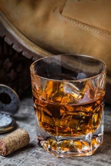 Primo piano del bicchiere di whisky con ghiaccio