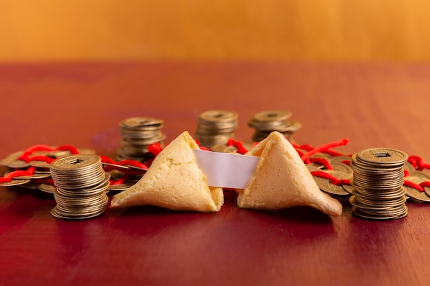 Primo piano del biscotto di fortuna cinese del nuovo anno con le monete