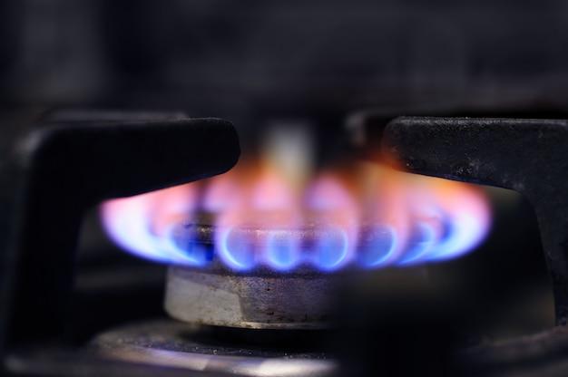 Primo piano del bruciatore della stufa di gas