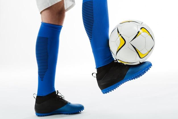 Primo piano del calciatore con palla al piede