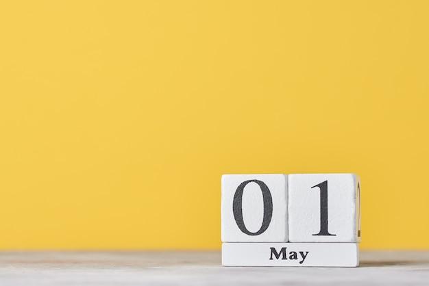 Primo piano del calendario in legno