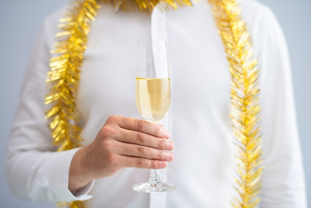 Primo piano del calice della holding dell'uomo con champagne