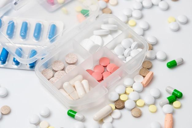 Primo piano del caso pillola con vari farmaci