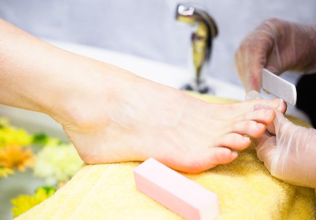Primo piano del chiodo della donna archiviare i chiodi dei piedi della donna