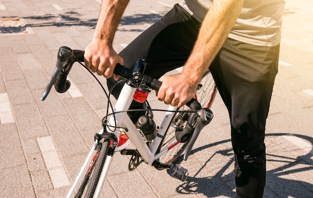 Primo piano del ciclista maschio in sella alla sua bici