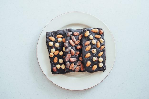 Primo piano del cioccolato su un bianco