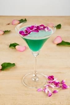 Primo piano del cocktail verde guarnito sul pavimento