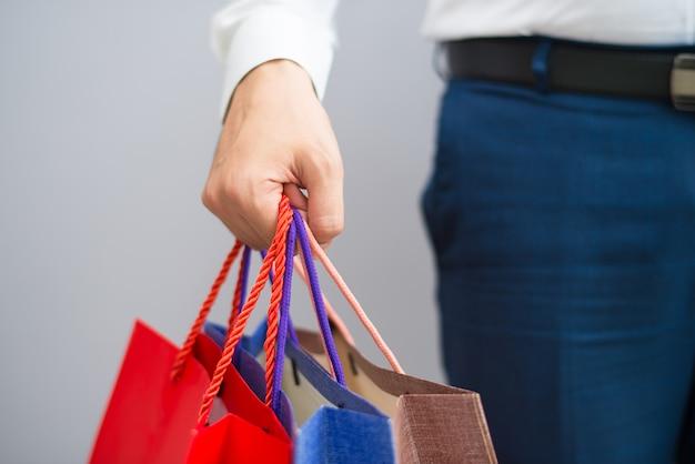 Primo piano del compratore che tiene i sacchetti della spesa