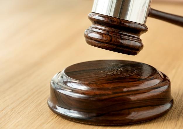 Primo piano del concetto di giudizio martelletto