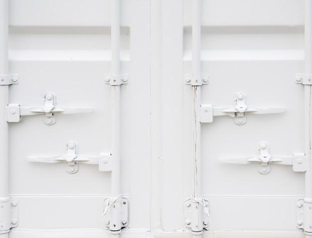Primo piano del contenitore bianco.