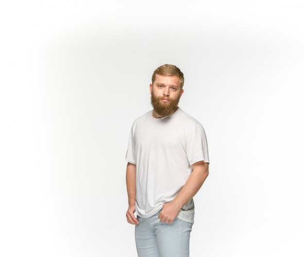 Primo piano del corpo del giovane in maglietta bianca vuota isolata su spazio bianco. mock up per il concetto di design
