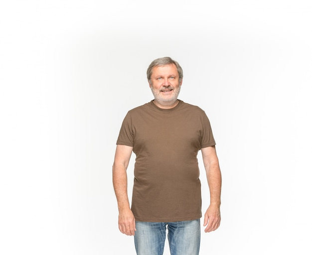 Primo piano del corpo dell'uomo senior in maglietta marrone vuota isolata su fondo bianco. mock up per il concetto di design
