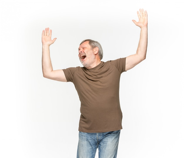 Primo piano del corpo dell'uomo senior in maglietta marrone vuota isolata su spazio bianco. mock up per il concetto di design