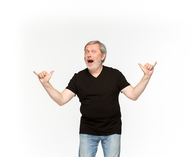 Primo piano del corpo dell'uomo senior in maglietta nera vuota isolata su fondo bianco.