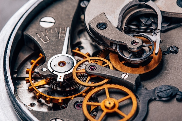 Primo piano del cronometro dell'orologio retrò meccanismo aperto