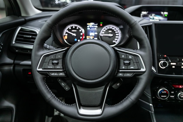 Primo piano del cruscotto, tachimetro, contagiri e volante. . interni auto moderne