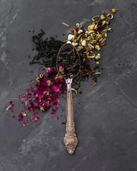 Primo piano del cucchiaio d'annata con le erbe
