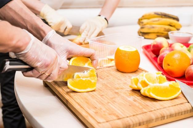 Primo piano del cuoco unico che cucina alimento