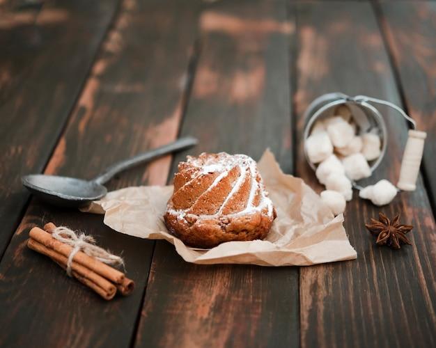 Primo piano del dessert dolce con cannella