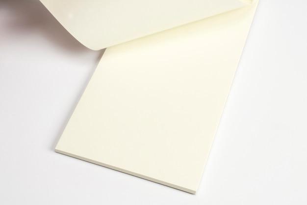 Primo piano del diario aperto con le pagine in bianco isolate su bianco.