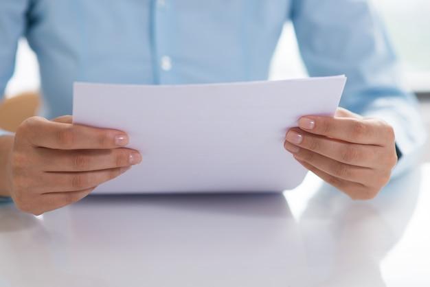 Primo piano del documento di lettura persona