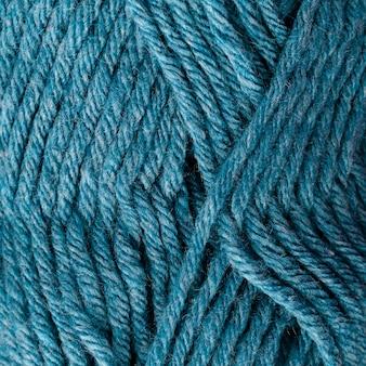 Primo piano del filato di lana colorato blu