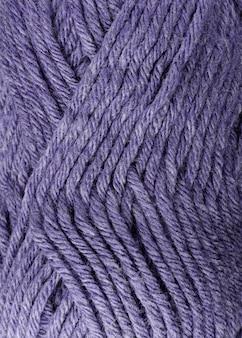 Primo piano del filato di lana colorato porpora