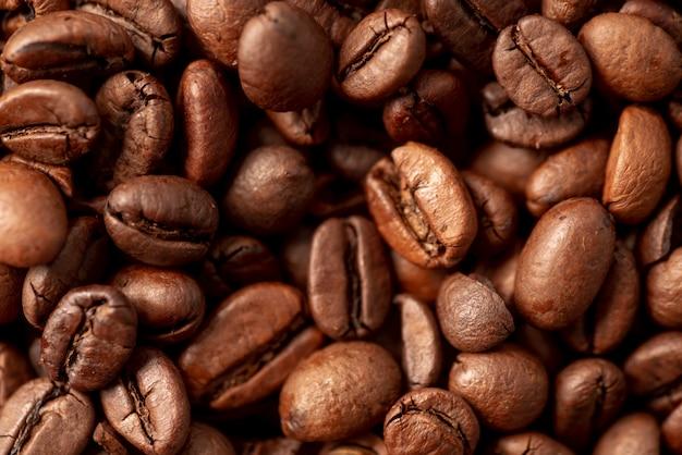 Primo piano del fondo arrostito dei chicchi di caffè