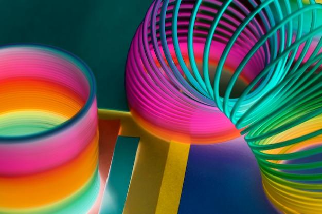 Primo piano del fondo del giocattolo della molla dell'arcobaleno
