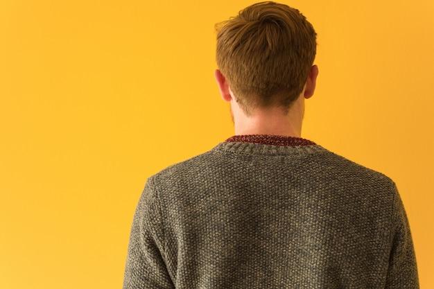 Primo piano del fronte dell'uomo giovane rossa da dietro, guardando indietro