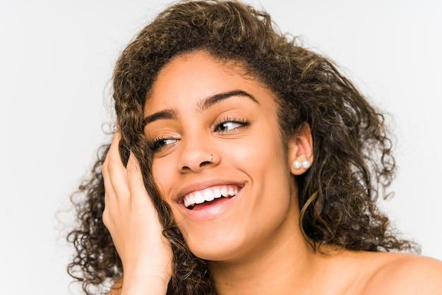 Primo piano del fronte della giovane donna afroamericana