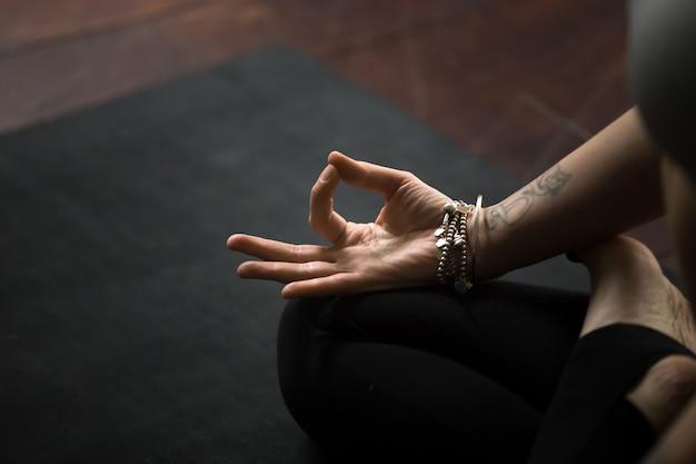 Primo piano del gesto mudra, eseguito con giovani dita femminili