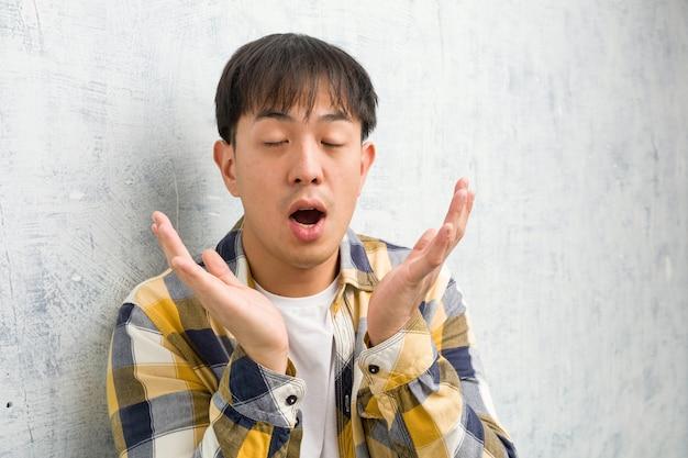 Primo piano del giovane uomo cinese viso sorpreso e scioccato